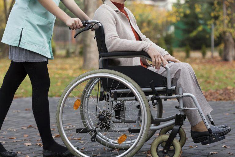 Сотрудники центра социального обслуживания населения оказывают помощь пожилым гражданам и людям с инвалидностью.